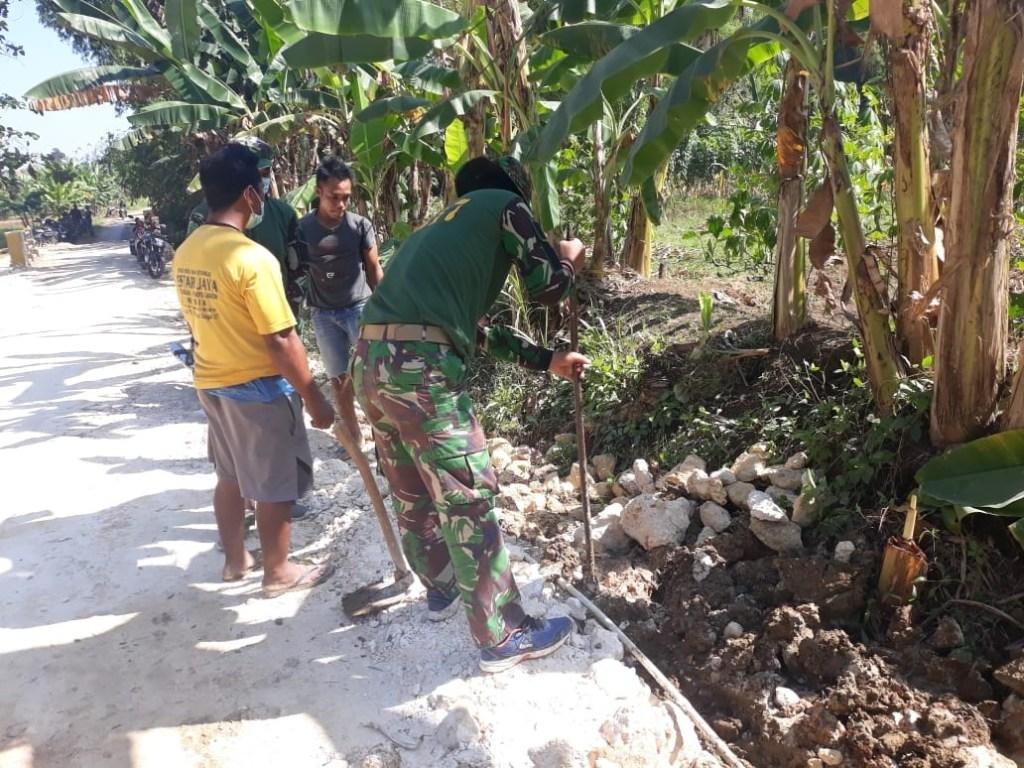 Satgas Giat Bersihkan Saluran Air Jalankan Prokes di TMMD Kodim Gresik